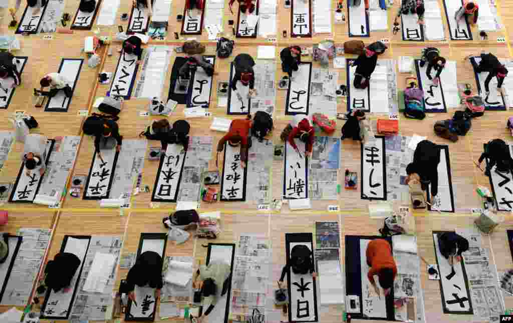 Some of roughly 3,000 contestants participate in the 48th annual New Year calligraphy contest in Tokyo. (AFP/Toshifumi Kitamura)
