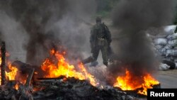 Проросійські сепаратисти палять шини на блокпосту поблизу Слов'янська, 2 травня 2014 року