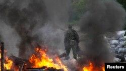 Un separatist pro-rus la un punct de control pe o șosea, astăzi, în apropiere de Slaviansk