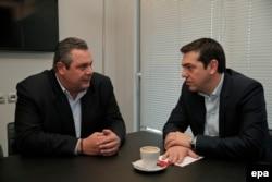 """Alexis Tsipras (dr.), la o întîlnire cu Panos Kammenos, liderul """"Grecilor independenți"""" la 26 ianuarie 2015"""
