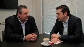 Солшыл СИРИЗА партиясы басшысы Алексис Ципрас (сол жақта) және «Тәуелсіз гректер» партиясы жетекшісі Панос Камменос. Афина, 26 қаңтар 2015 жыл.