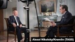 Владимир Путин дает интервью телеканалу Fox News по итогам встречи с Дональдом Трампом