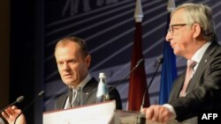 The president of the European Commission, Jean-Claude Juncker (right), and the president of the European Council, Donald Tusk, attend a final press conference at the end of the Riga summit on May 22.