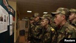 Солдаты белорусской армии перед голосованием на одном из избирательных участков.