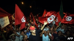 Протестующие требуют отставки правительства у здания Конституционной ассамблеи. Тунис, 28 июля 2013 года.