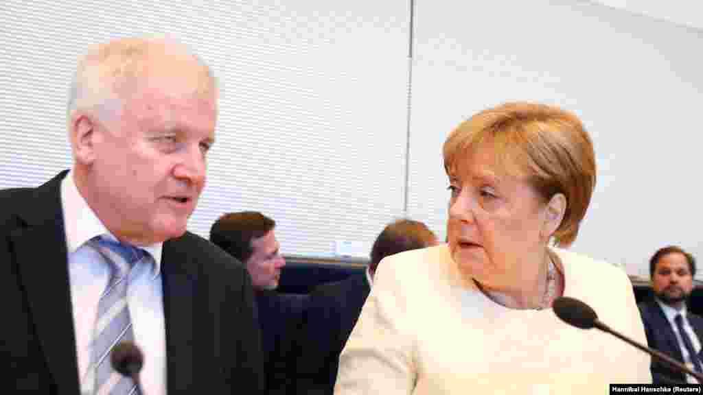 ГЕРМАНИЈА - Лидерот на германската владејачка Христијанско-социјална унија (ЦСУ), Хорст Зехофер, која е коалициски партнер на Христијанско-демократската унија на канцеларката Ангела Меркел, изјави дека ќе се повлече од лидерското место во партијата на почетокот на следната година. Зехофер сепак сака да најави дека ќе остане министер за внатрешни работи.