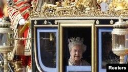 Британ патшайымы Елизавета жұбайымен бірге күймеде отыр. Лондон, 25 мамыр 2010 ж.