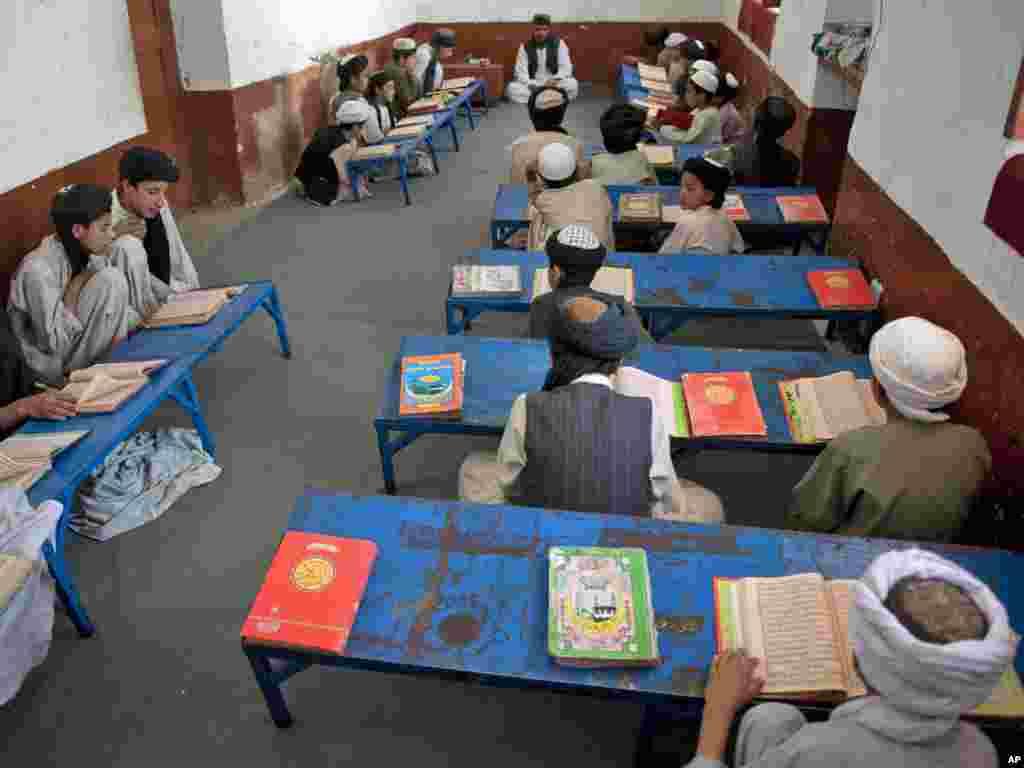 Афганські хлопчики вивчають Коран, Кандагар, 12 травня. Photo by Hossein Fatemi for AP Photo