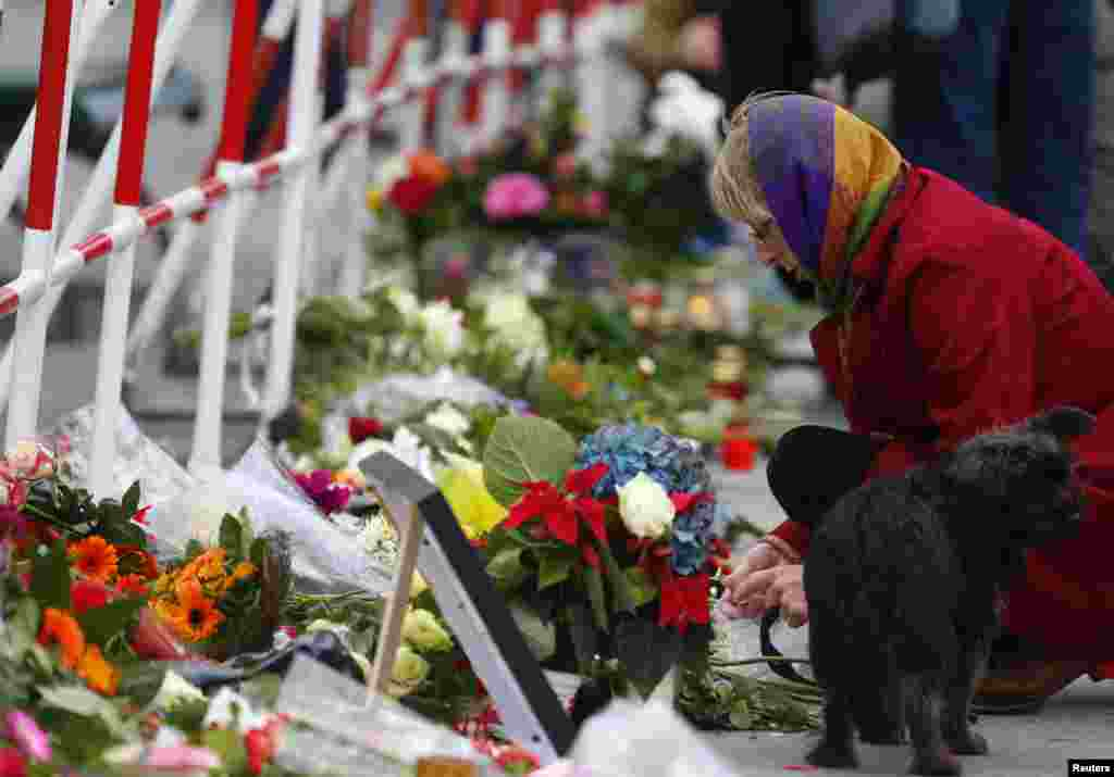 Գերմանիա -- Մարդիկ ծաղիկեր են դնում Բեռլինում Ֆրանսիա դեսպանատան առջև, 14-ը նոյեմբերի, 2015թ․