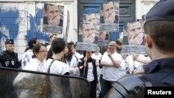 تظاهرات در مقابل سفارت سوریه در پاریس