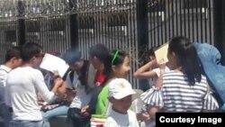 Студенты в ожидании возле посольства Китая.