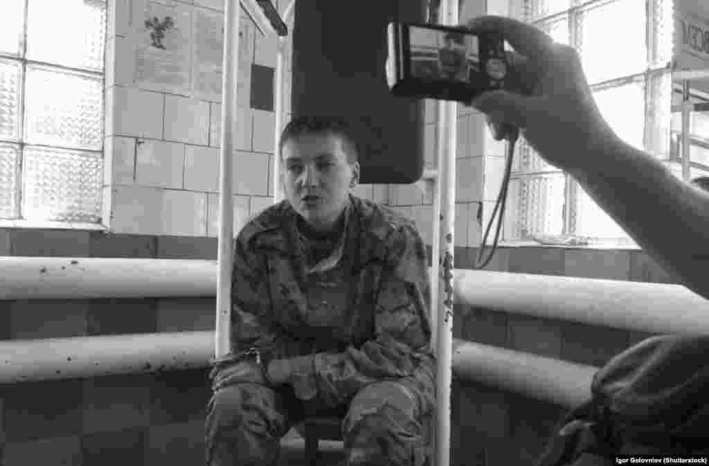 Надія Савченко під час допиту після захоплення її бойовиками угруповання «ЛНР», що визнане в Україні терористичним. 19 червня2014 року (©Shutterstock)