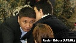 Астанадағы сотта үзіліс кезінде Талғат Ермегияев қорғаушыларымен сөйлесіп тұр. Астана, 4 сәуір 2016 жыл.
