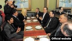 Работна средба, на највисоко ниво, помеѓу четирите опозициски партии ЛДП, ВМРО-НП, Обединети за Македонија и Достониство.