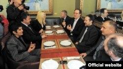Работна средба на највисоко ниво помеѓу четирите опозициски партии ЛДП, ВМРО-НП, Обединети за Македонија и Достониство. Андреј Жерновски, Љубчо Георгиевски, Стојанче Ангелов и Јагода Митревска на 4 април 2012 година.