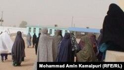 زنان در قسمتی از استان هلمند در نزدیکی حوزه رایگیری