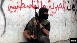 Боевик ХАМАС во время уличного сражения в Газе