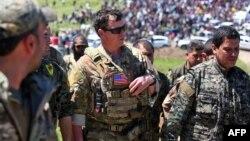 Американський офіцер спілкується з бійцями курдської народної оборони, Сирія, квітень 2017 року