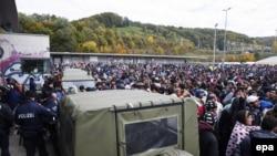Refugjatët duke pritur në Shpielfeld të Austrisë afër kufirit me Slloveninë