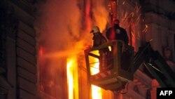 Zjarrfikësit në aksion në ndërtesën lokale të qeverisë në Sarajevë pasi protestuesit e shkaktuan zjarrin