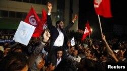 Поддржувачи на умерено исламистичката партија Енахда ја слават изборната победа на 25 октомври 2011 година.