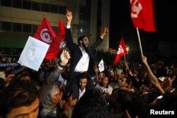 """""""Араб көктемінен"""" кейінгі сайлауда жеңіске жеткен Тунис исламшылары тойлап жатыр. 25 қараша 2011 жыл."""