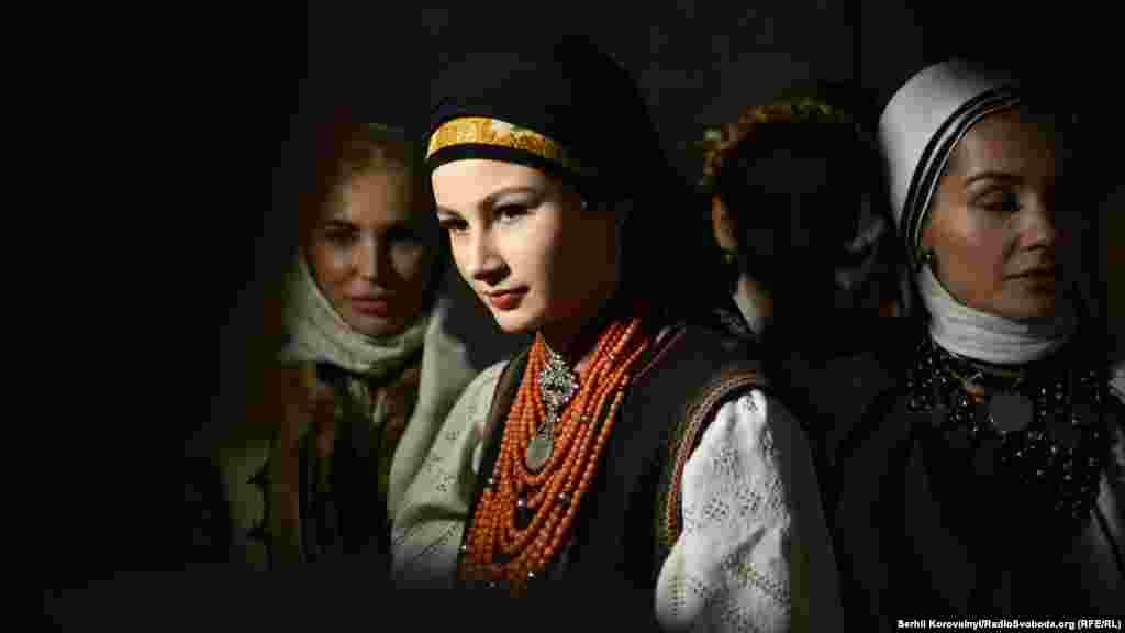 Киевтегі Сән апталығында көрсетілген киім үлгілерін жеке коллекционерлер мен мұражайлар ұсынды.