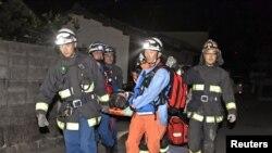 Рятувальники несуть людину, врятовану на завалах будинку в місті Машікі, префектура Кумамото, 15 квітня 2016 року
