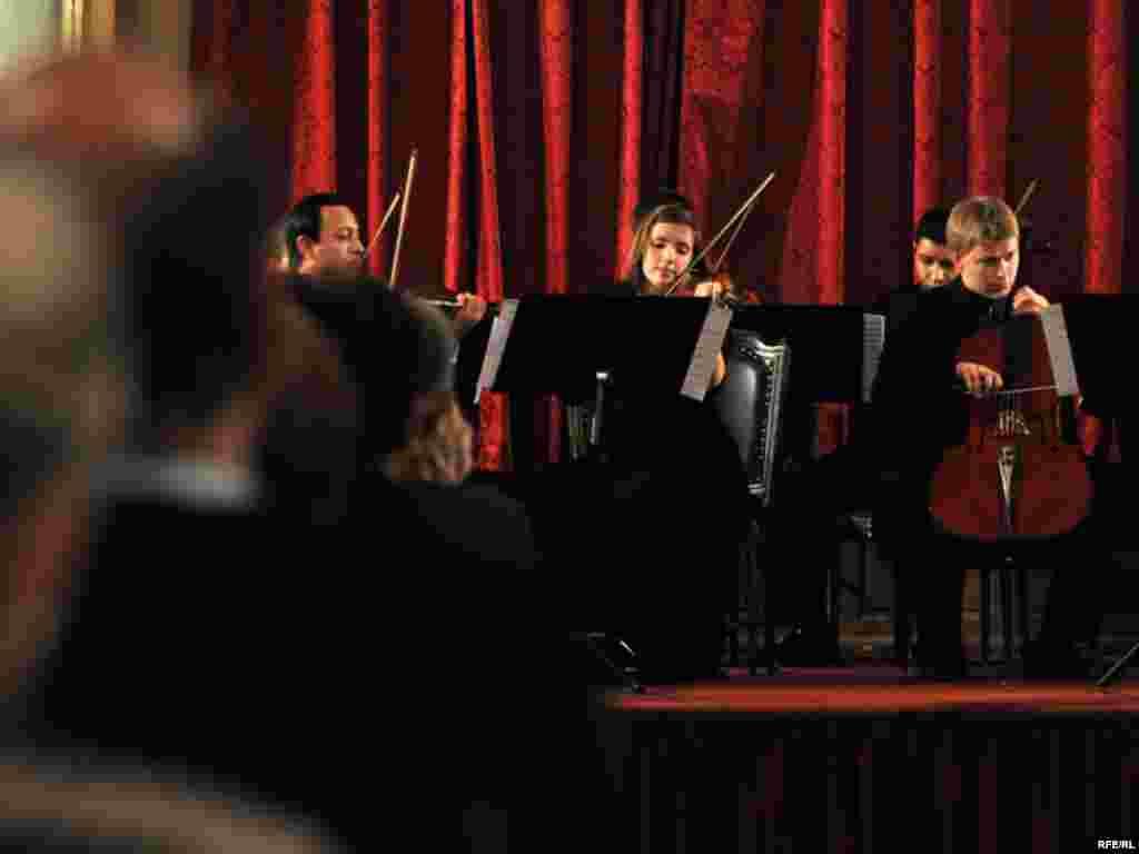 Evropski studentski Kamerni orkestar održao koncerte u Beogradu, Novom Sadu, na Cetinju i u Sarajevu. Fotogalerija sa koncerta u Sarajevu. Fotografije: Midhat Poturović