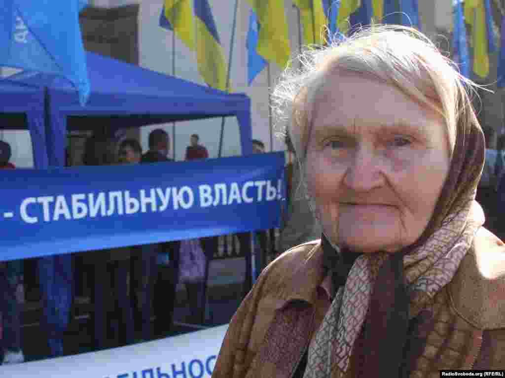 Під стінами Верховної Ради про свою підтримку діючої влади заявили понад тисячу прихильників Партії регіонів.