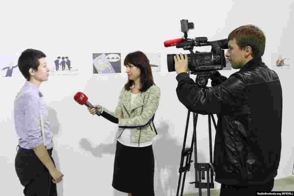 Карикатурист Радіо Свобода Євгенія Олійник дає інтерв'ю