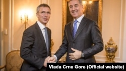 Генеральный секретарь НАТО Йенс Столтенберг (слева) и Мило Джуканович. Архивный снимок, 2015 год