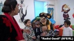 Tacikstanda xərçəng xəstəsi olan uşaqlarla görüş