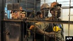 Шахтарі залишають шахту імені Засядька після їх робочої зміни в Донецьку, 6 червня 2014 року
