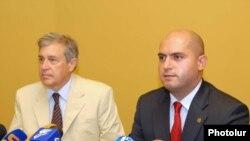 Министр образования и науки Армен Ашотян (справа) и руководитель программы мобилизации антикоррупционных действий USAID в Армении Франсуа Везина на пресс-конференции. Ереван, 17 августа 2010 г.