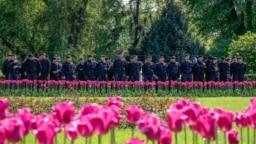 Алматыдағы наразылық шарасы кезінде қарап тұрған полицияның арнайы жасақ өкілдері. Алматы, 1 мамыр 2019 жыл.