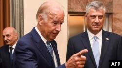 Nënpresidenti amerikan, Joe Biden (majtas) dhe presidenti i Kosovës, Hashim Thaçi