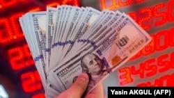 На 13 січня офіційна вартість долара встановлена на рівні 23 гривень 97 копійок