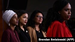 Kongresistet amerikane, Ayanna Pressley, Ilhan Abudalli Omar, Rashida Tlaib dhe Alexandria Ocasio-Cortez gjatë konferencës për media.
