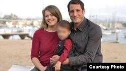 Райан и Лаура Смит с сыном.