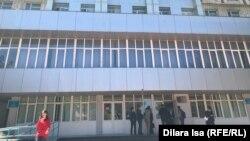У здания вуза в городе Шымкенте. Иллюстративное фото.