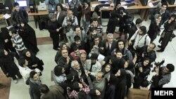 تجمع و اعتراض خبرنگاران در خارج از سالن برگزاری مراسم اختتامیه جشنواره