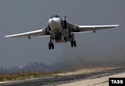 Російський винищувач Су-30 взлітає з авіабази у Латакії. 5 жовтня 2015 року