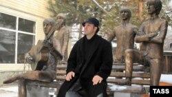 Эдуард Казарян Beatles тобына тұрғызған ескерткіштің жанында отыр.