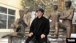 Художник Эдуард Казарян и его скульптурная композиция, посвященная группе Beatles.