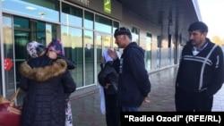 Мать Умарали, Зарина Юнусова (стоит спиной), в аэропорту Душанбе, где ее встречают родственники. 16 ноября 2015 года.