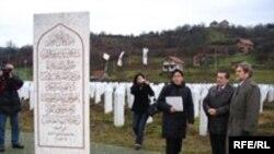 Američki ambasador Charles English u Memorijalnom centru Potočari, 13. decembar 2007, Foto: Sadik Salimović