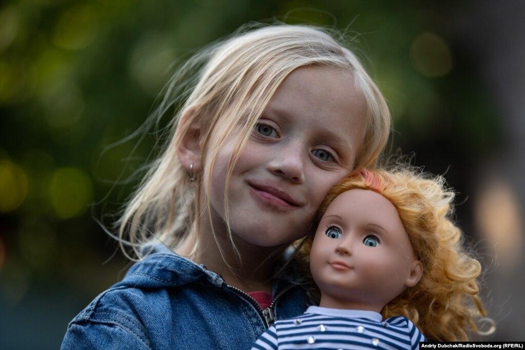 Томе очень нравятся куклы