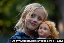Тома со своей куклой. Девочка очень любит игрушки. Обещали ей привезти в следующий раз новую