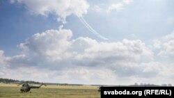 Вертолеты Ми-2 на летном поле (архивное фото)